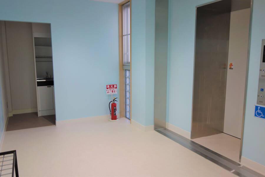 エレベーターと給湯室(2階)